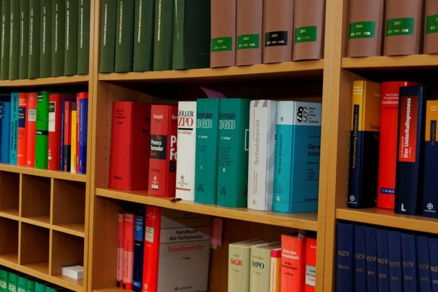 bookcase-335848_1920-1024x680